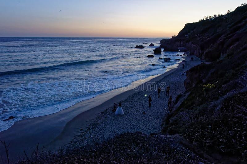 Skymning på El-matador State Beach arkivbilder