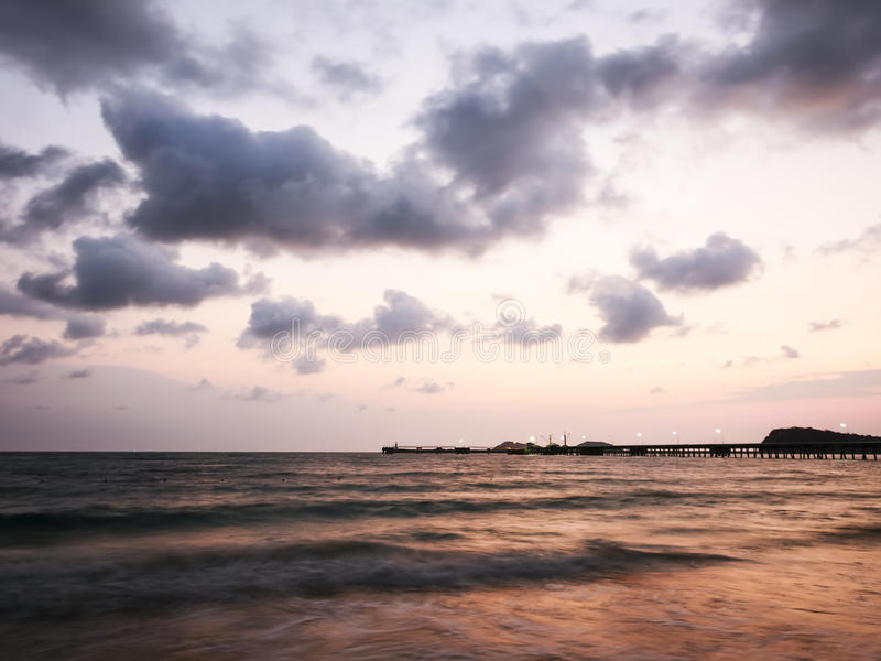 Skymning på Nang Ram Beach - fotografering för bildbyråer