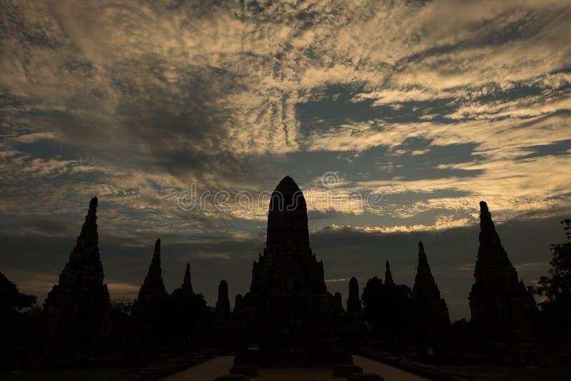 Skymning på pagoden på Wat ChaiWatthanaram 3 royaltyfri fotografi