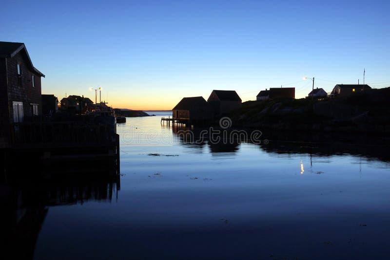 Skymning på Peggys liten vik, Nova Scotia royaltyfria bilder