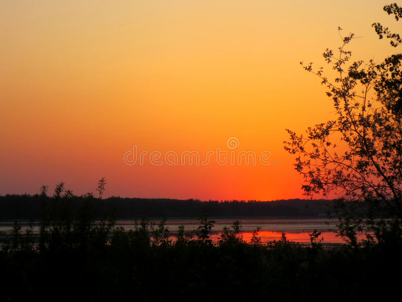 Skymning på sjön royaltyfria foton