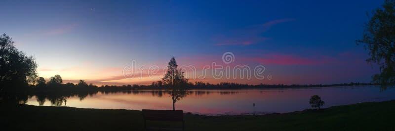 Skymning på sjön royaltyfri fotografi