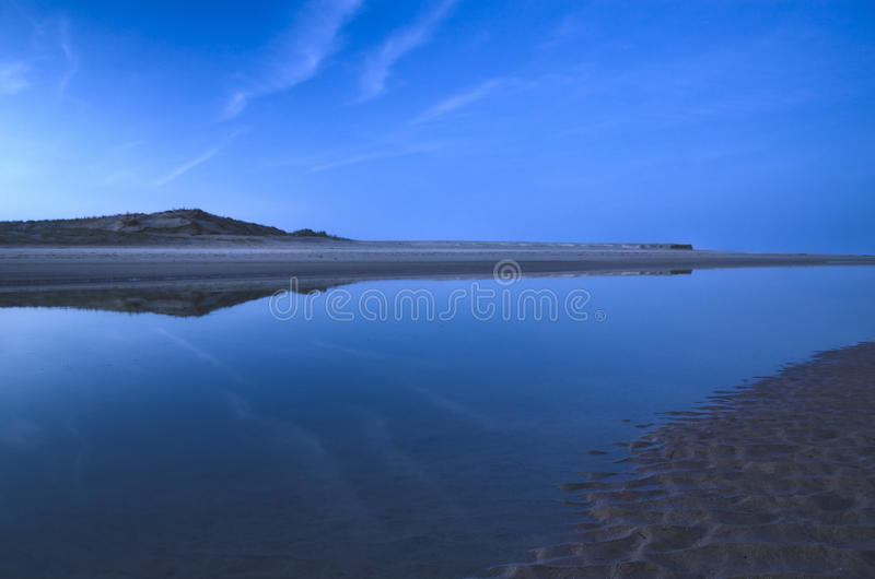 Download Skymning på stranden arkivfoto. Bild av kustlinje, cloudscape - 37344268