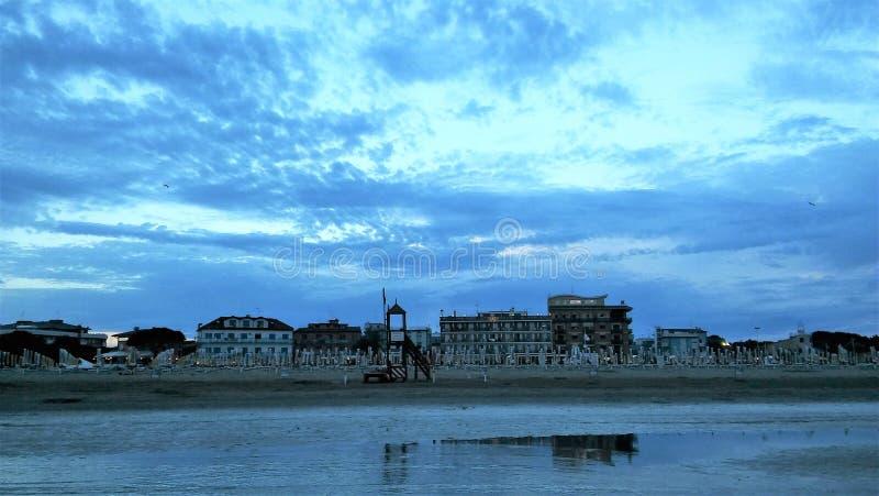 Skymning på stranden royaltyfri foto