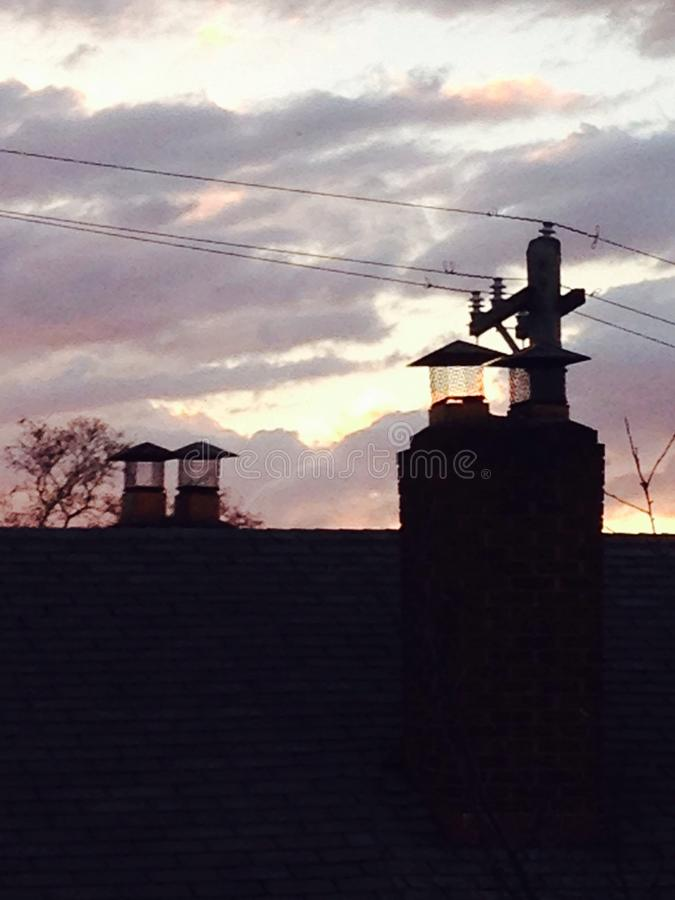 Skymning på taken av hemmanPA arkivbilder
