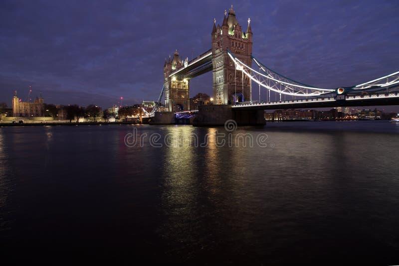 Skymning på tornbron, London, England arkivfoto