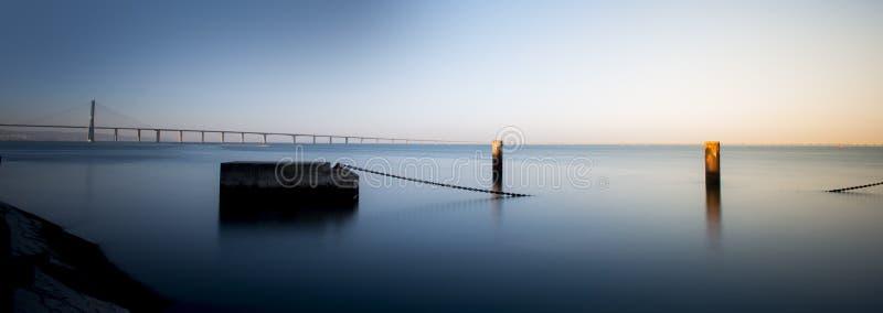 Skymning vid den vasco da gama-bron, Lissabon Portugal arkivbilder