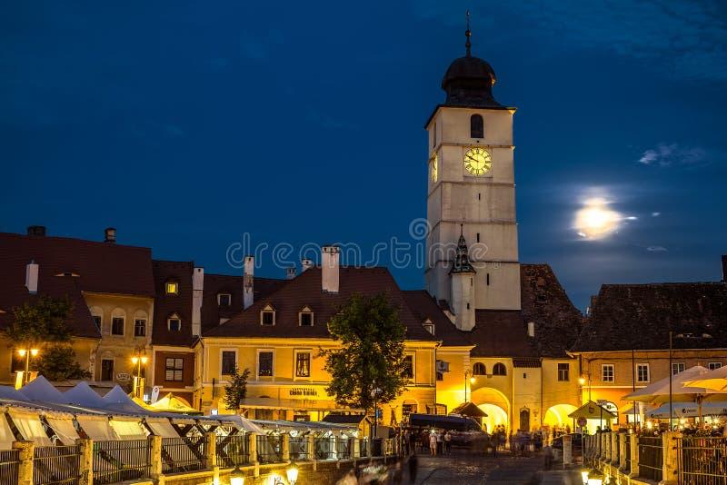 Skymningbild av rådtornet med månen arkivbild