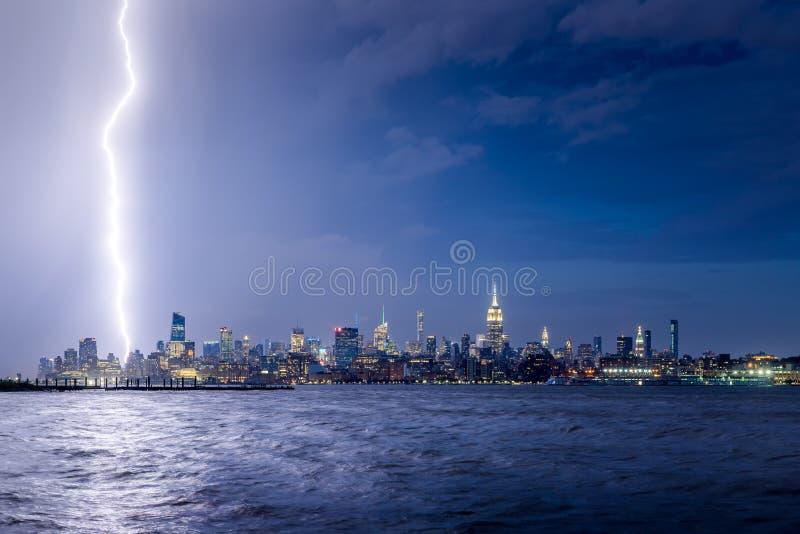 Skymningblixtslag i midtownen Manhattan, New York City skyskrapor arkivfoto