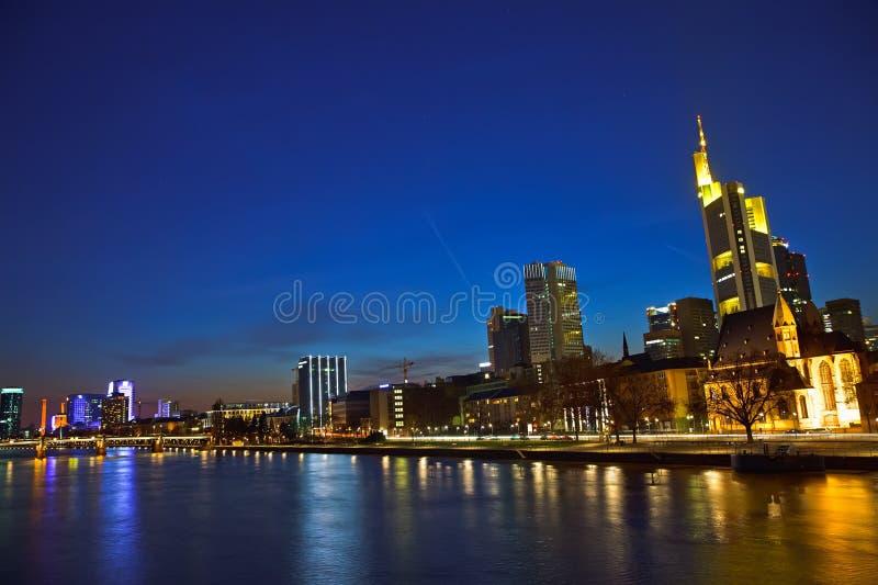 skymningfrankfurt strömförsörjning arkivfoto