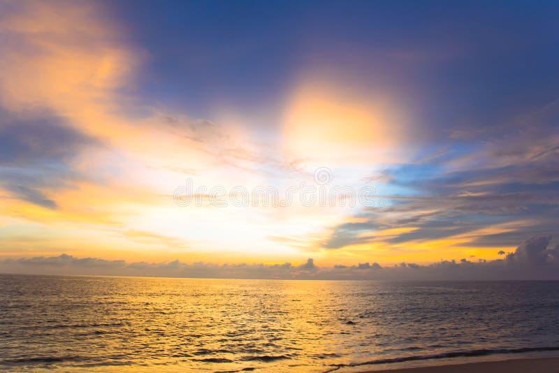Skymninghimmel över på havet royaltyfri fotografi