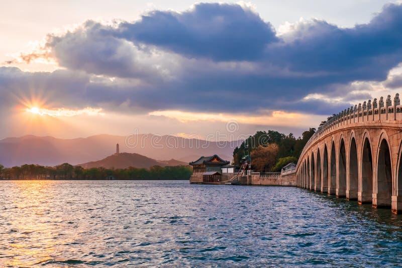 Skymninglandskap av denhål bron i sommarslotten, Peking, Kina fotografering för bildbyråer