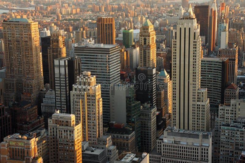 skymningmanhattan skyskrapor royaltyfri fotografi