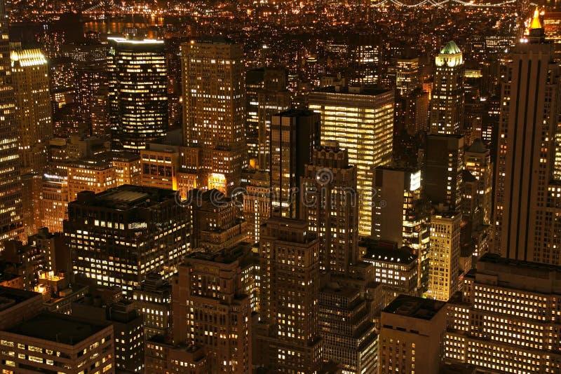 skymningmanhattan skyskrapor arkivfoto