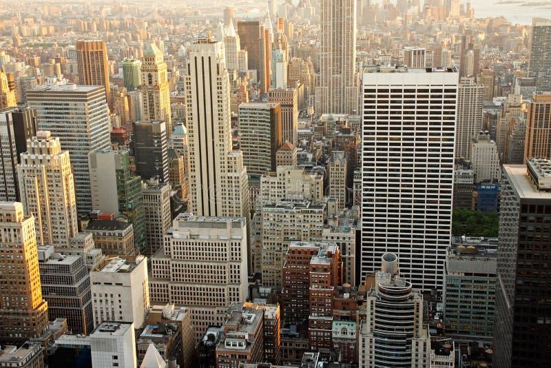 skymningmanhattan skyskrapor royaltyfria bilder