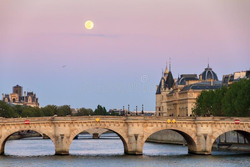 Skymningmoonrise Seine Paris arkivfoto