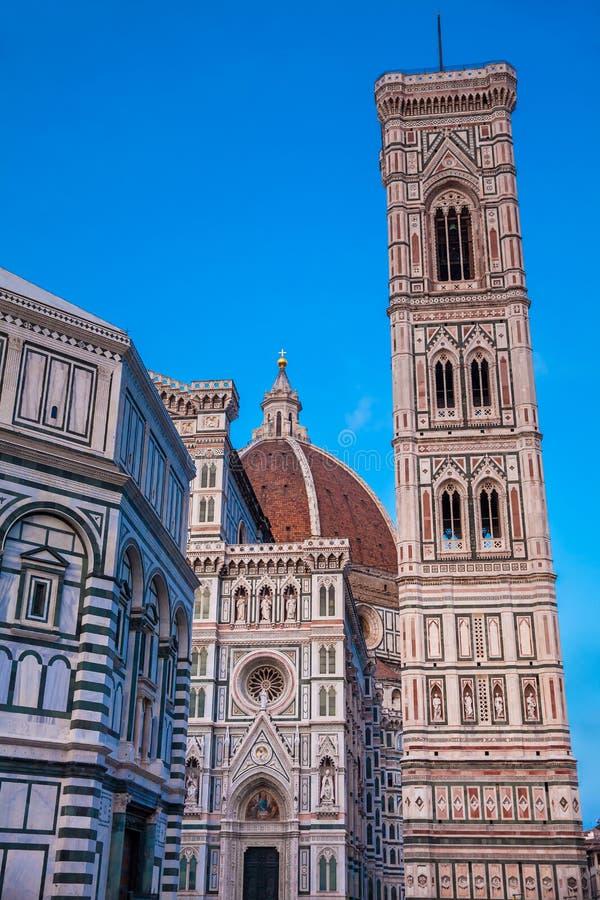 Skymningnedgångar över baptisteryen av St John, Giotto Campanile och Florence Cathedral som invigas i 1436 arkivbilder