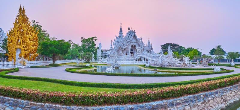 Skymningpanorama av den vita templet och den guld- relikskrin, Chiang Rai, Thailand royaltyfria bilder