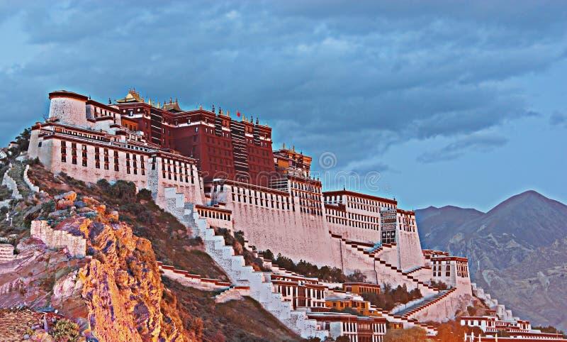 Skymningplats av den Potala slotten i Lhasa, Tibet autonom region Den tidigare Dalai Lama uppehållet, är nu ett museum- och värld royaltyfri bild