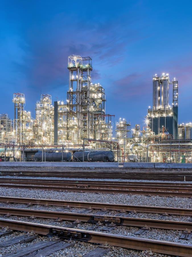 Skymningplats med en petrokemisk fabrik på port av Antwerp, Belgien royaltyfria bilder