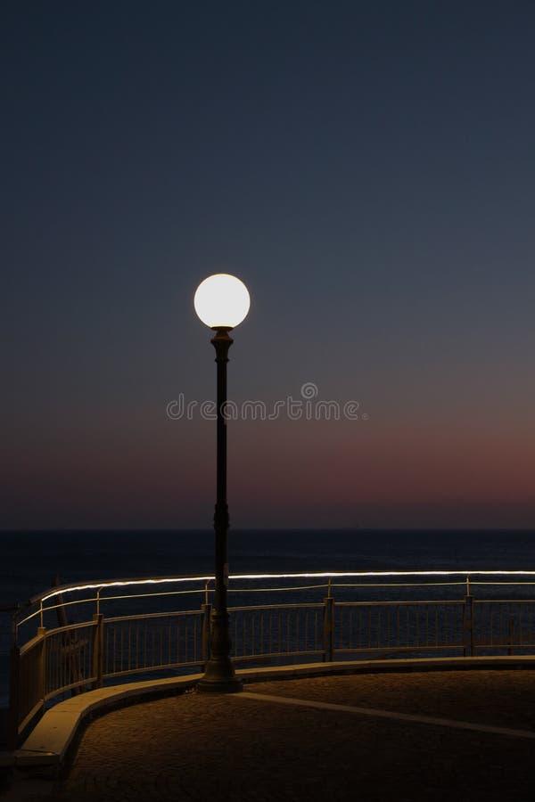 Skymningplats på kusten royaltyfria foton