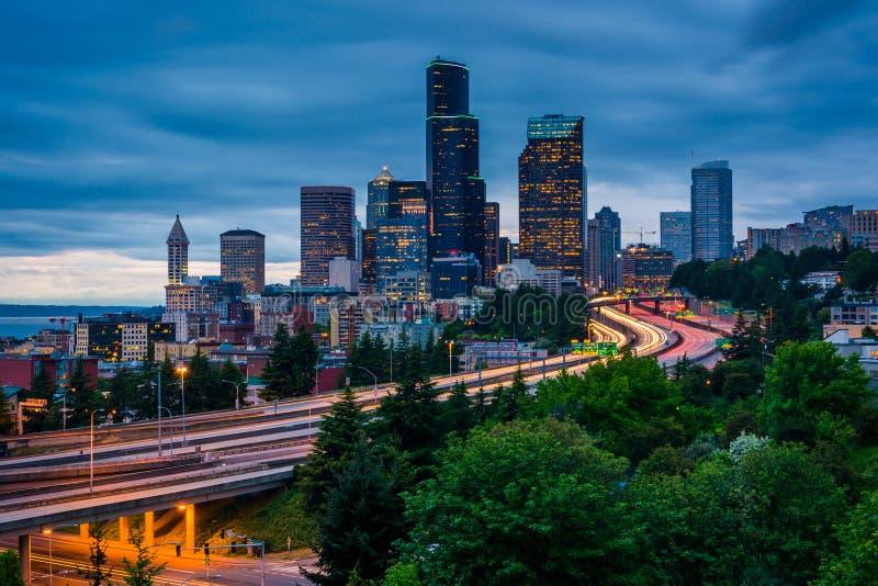 Skymningsikt av den Seattle horisonten från Jose Rizal Bridge, arkivbild