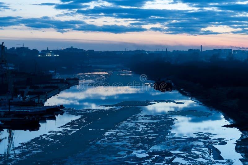 Skymningsikt på floden i vårsäsong Tyumen arkivfoto