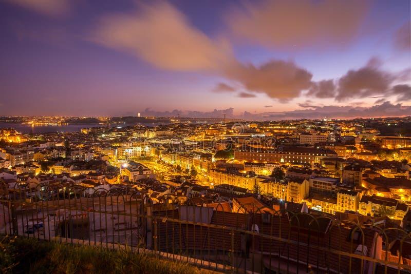 Skymningstadssikten av Lissabon från Nossaen Senhora gör den Monte belvederen, Portugal royaltyfri fotografi