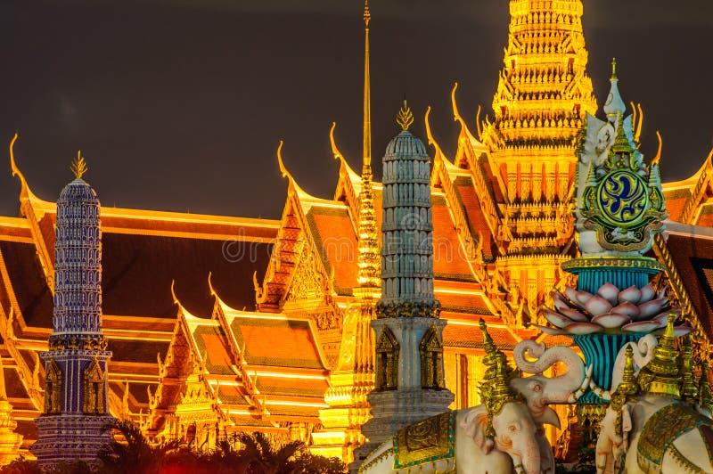 Skymningtempel av Emerald Buddha Wat Phra Kaew av Bangkok arkivfoton