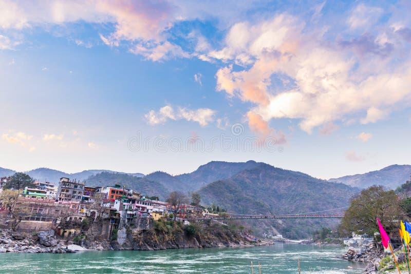 Skymningtid på Rishikesh, den heliga staden och loppdestinationen i Indien Färgrik himmel och moln som reflekterar över Gangeset  fotografering för bildbyråer