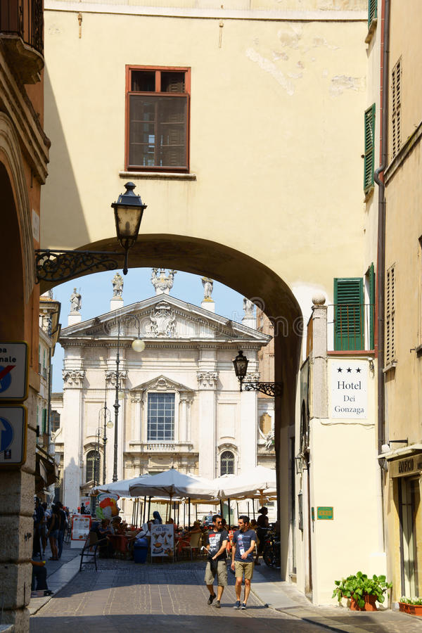Skymt av i stadens centrum Mantua, Italien royaltyfria foton