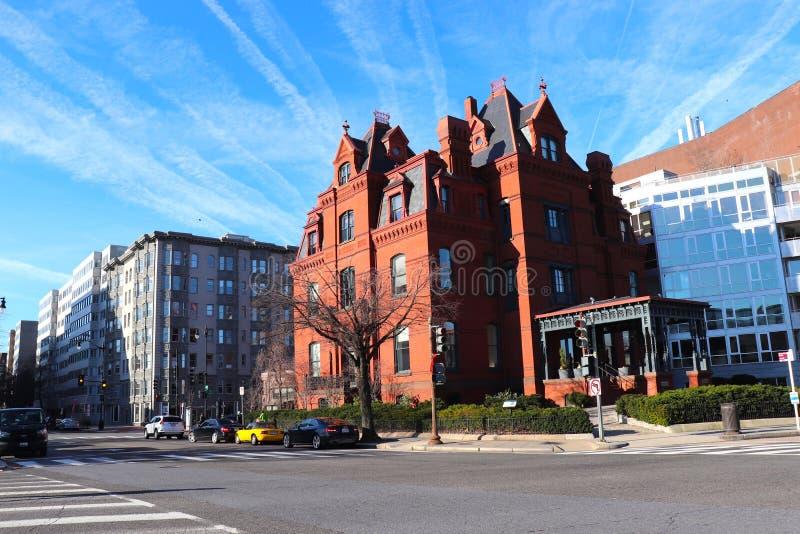 Skymt av omväxlande arkitektur på gatan i Du Pont cirkelområde av Washington DC royaltyfri foto