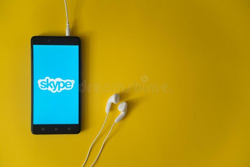 Skype-embleem op het smartphonescherm op gele achtergrond royalty-vrije stock afbeeldingen