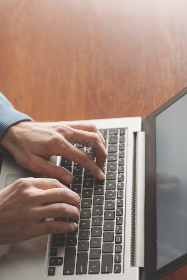 Skyping die sociale media mededeling babbelen royalty-vrije stock afbeeldingen