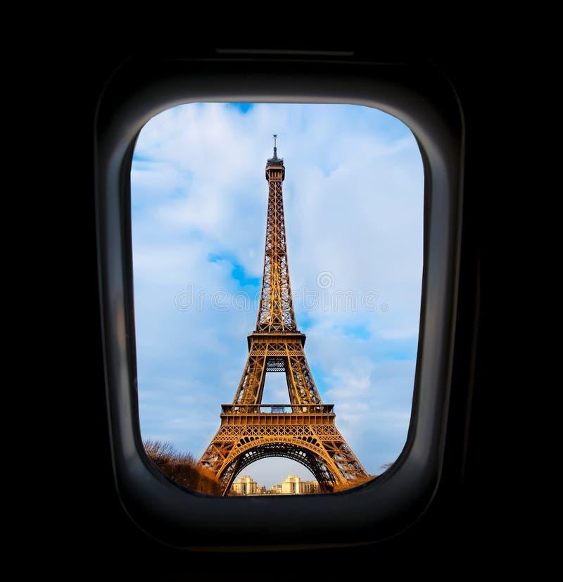 Skyscape通过在飞行期间的飞机窗口在有蓝天的翼 免版税库存照片