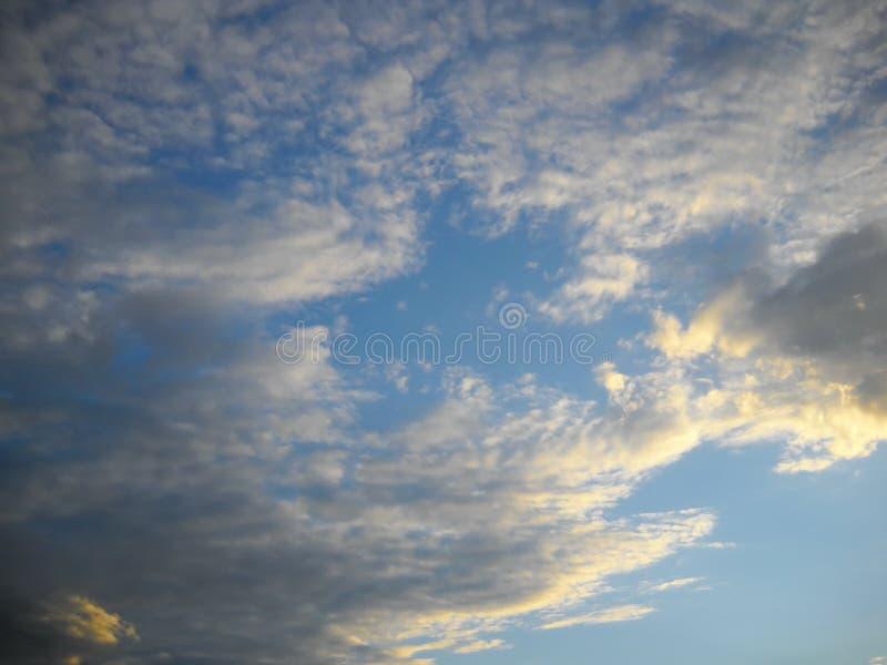 Skyscape με το φως και τα σύννεφα ηλιοβασιλέματος στοκ φωτογραφία με δικαίωμα ελεύθερης χρήσης
