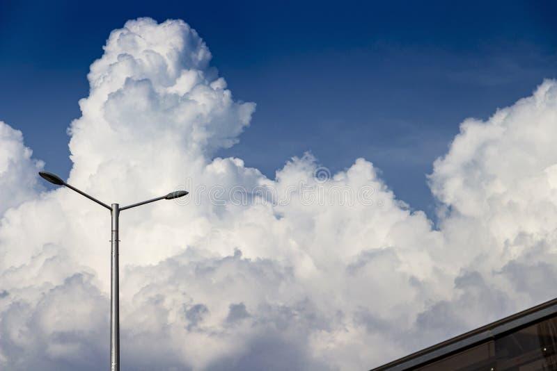 Skyscape с гигантскими облаками кумулюса и уличным фонарем на Софии, Болгарии стоковое фото