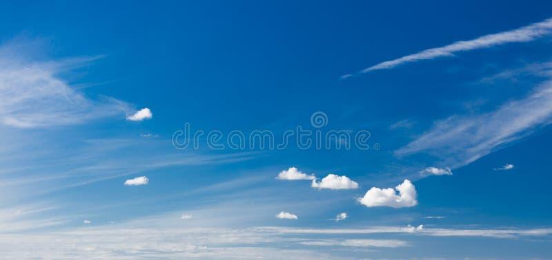 Skyscape Cielo blu profondo con le nuvole bianche come fondo della natura fotografia stock libera da diritti