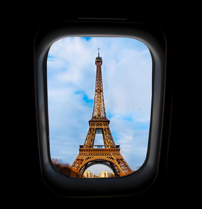 Skyscape durch Flugzeugfenster während des Fluges im Flügel mit blauem Himmel lizenzfreies stockfoto