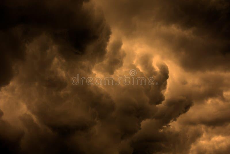 Skyscape texturizado: scape tempestuoso de la nube de la noche con pendiente imagen de archivo libre de regalías