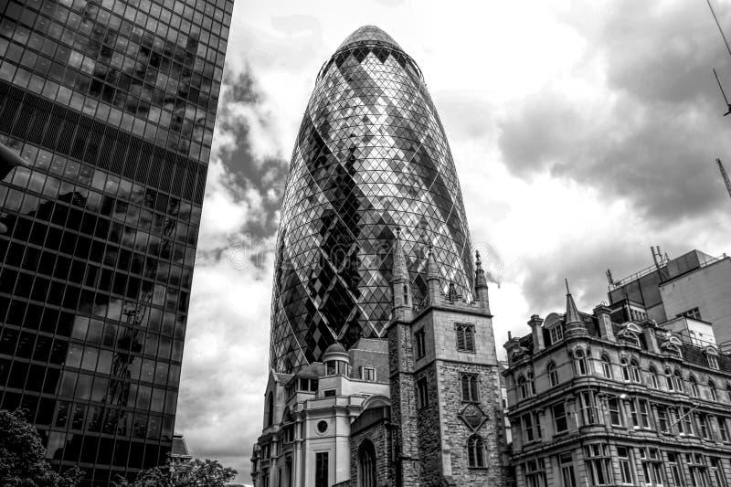 Skyscaper Лондона в черно-белом стоковое изображение