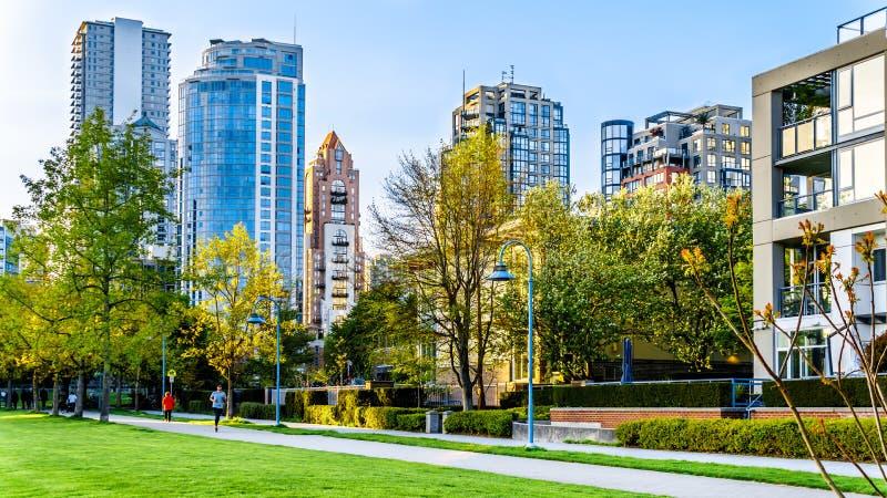 Skyscapers che allinea l'orizzonte di Yaletown e di David Lam Park lungo l'entrata di False Creek di Vancouver, Columbia Britanni immagini stock libere da diritti
