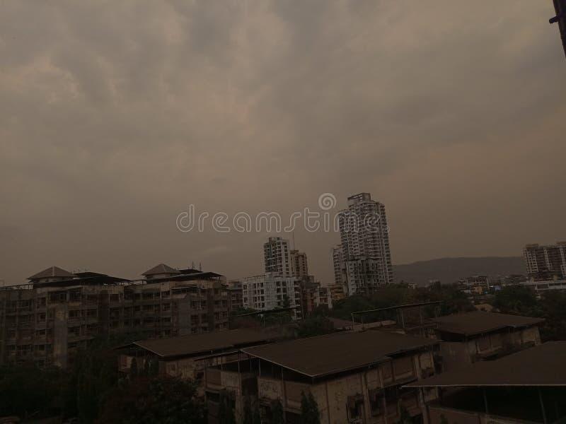 Skyscappers av Thane India på en regnig dag royaltyfri foto