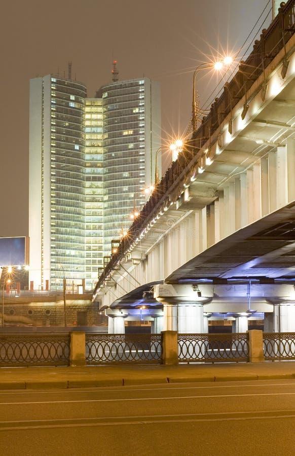 Skyscapter und Brücke stockfotografie