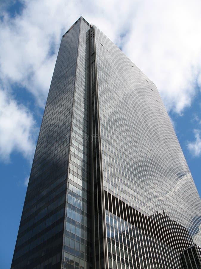 skyscraoer niebieskiego nieba. zdjęcie stock
