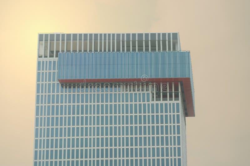 Skyscrape élevé sur le fond de fusée du soleil image libre de droits