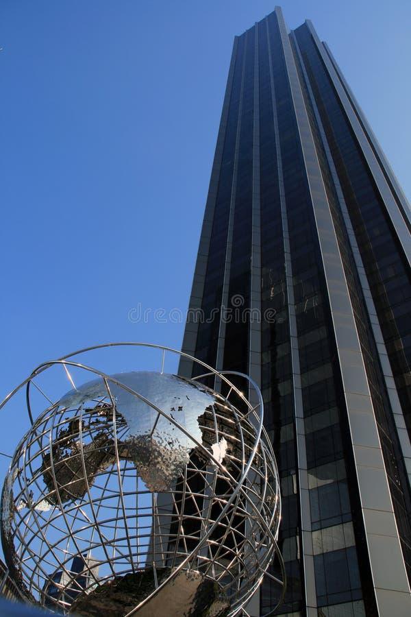 Skyscrape et le globe images libres de droits