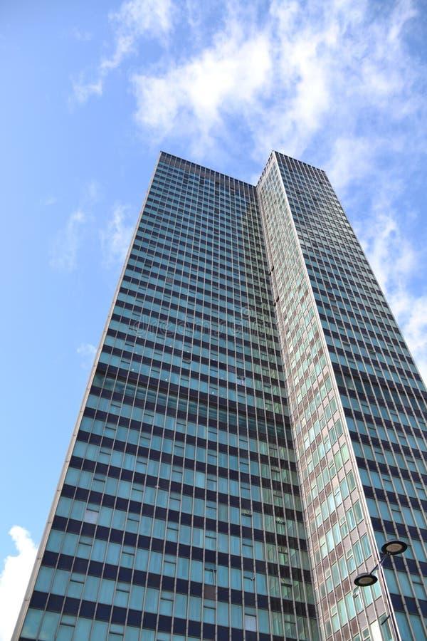 Skyscraper - groot gebouw reikend naar de hemel royalty-vrije stock afbeeldingen