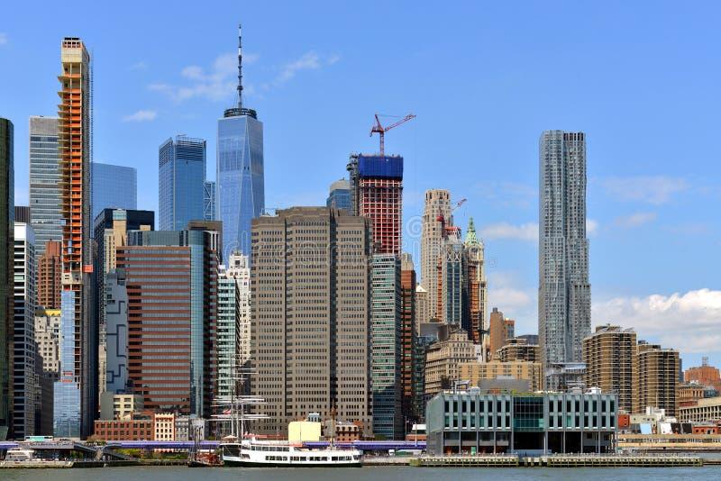 Skyscrapers in het financiële district Lower Manhattan van East River, New York City, Verenigde Staten Gebouwen en kantoren van w royalty-vrije stock afbeelding