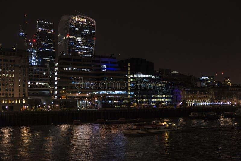 Skyscrapes финансового района на ноче в Лондоне, Англии Великобритании стоковое изображение rf